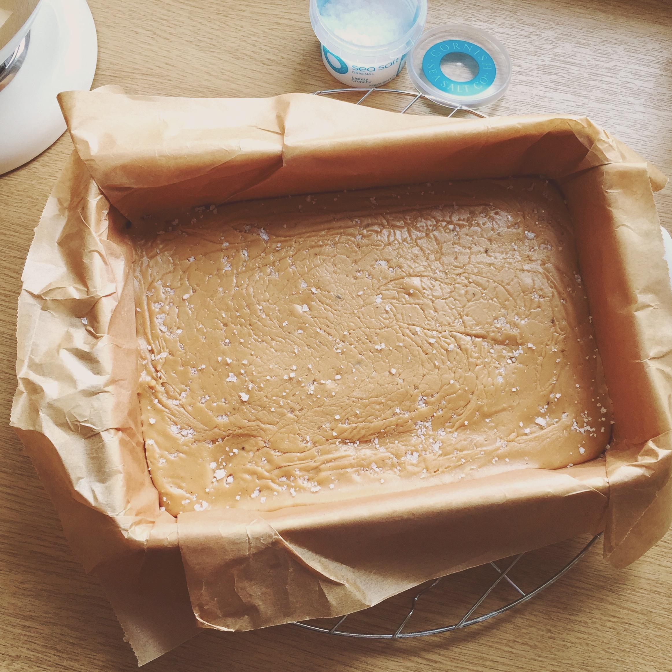 Fudge: Erdnuss-Karamell-Bonbons mit Meersalz - in der Form